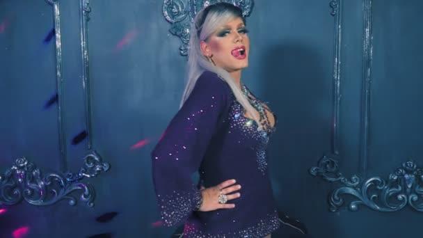 parodie diva. Koncept Transvestit show. Člověk herec promění v ženu. tancuje, zpívá a vydává na kameře. 4k, Zpomalený pohyb, Střelba steadicam