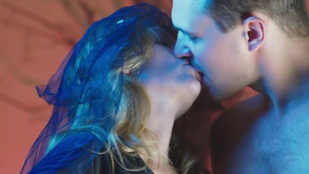 4k, Zpomalený pohyb, Halloween. Žena v kroji hrozná čarodějnice líbá s krásnou nahého muže, pojetí čarodějnictví a magické kouzlo. detail