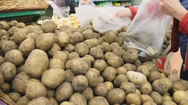 Žena v supermarketu nákup zeleniny