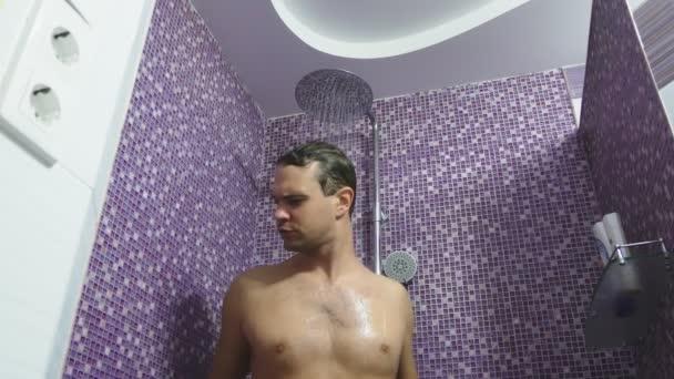 Eine Person, die unter der Dusche wäscht seine Haare. Körperpflege zu Hause. täglichen Verfahren für Erwachsene