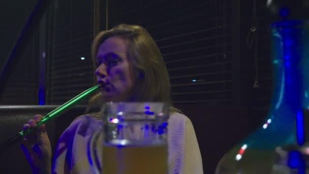 Blondýna barman kouření