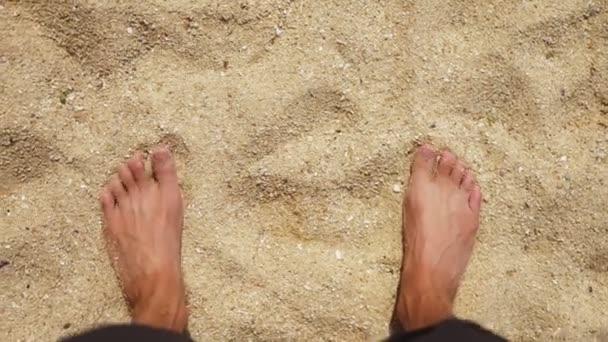 Pánské nohy na mořském písku a vlny, relaxace na oceán pláž, letní prázdniny