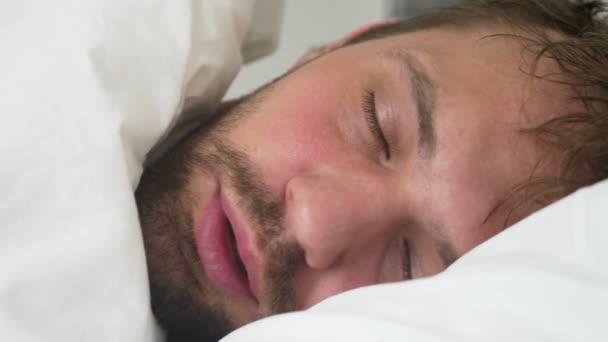 nemocný mladík s horečkou, spí v posteli, pokryté přikrývkou