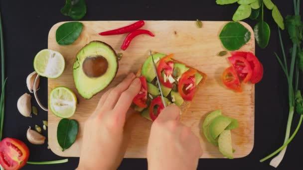 avokádo. koncept zdravého stravování a zdravého životního stylu. pohled shora. vaření avokádový sendviče.