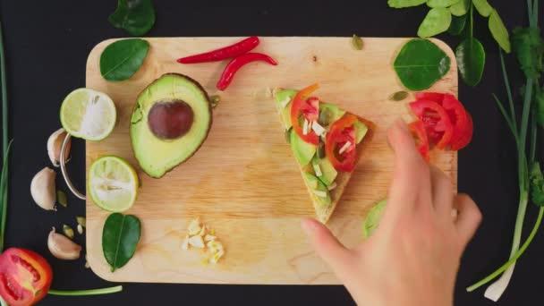 Avocado. Konzept von gesunder Ernährung und gesundem Lebensstil. Blick von oben. Avocado-Sandwiches kochen.