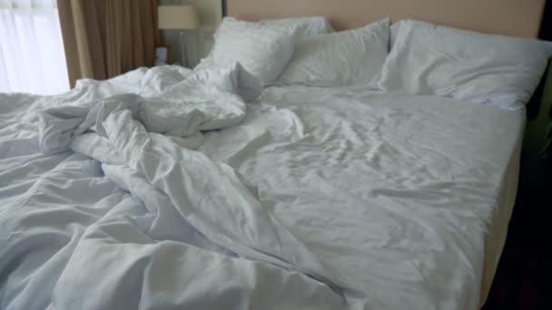 pomačkaných listů a deku na postel, prázdnou postel ráno po pohlavním styku