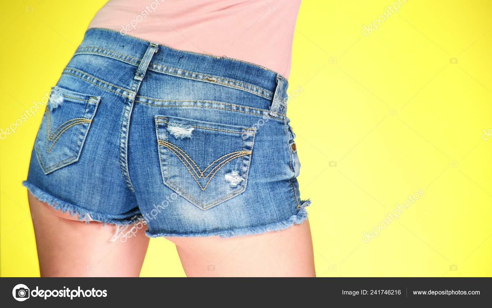 Ragazza in pantaloncini jeans corti blu. Primo piano vista