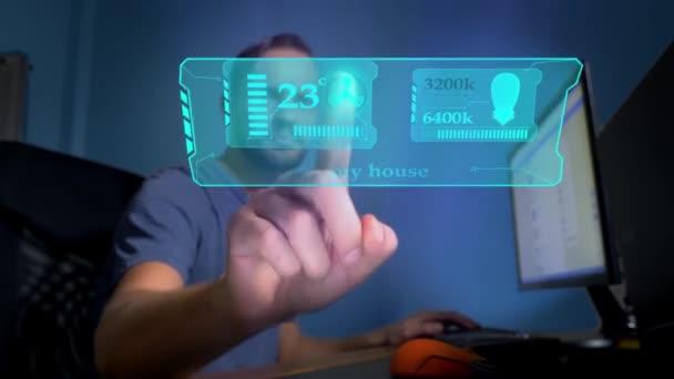 Smart House. Konzept der Fernsteuerung der Haustechnik. ein Mann, der in einem Büro sitzt, steuert auf dem virtuellen Bildschirm die Funktionen von Klimaanlage und Raumbeleuchtung.
