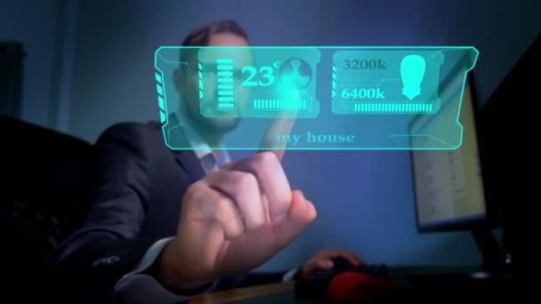 Inteligentní dům. Koncepce dálkového ovládání domácí automatizace technologií. muže, který seděl v kanceláři ovládá na virtuální obrazovce funkce klimatizace a osvětlení v místnosti