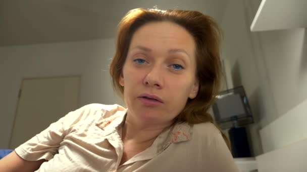 Ego-Shooting. das Konzept eines Problems in einem Paar. Sexuelle Probleme. Paar im Bett. die Frau drückt dem Mann ihren Unmut aus.