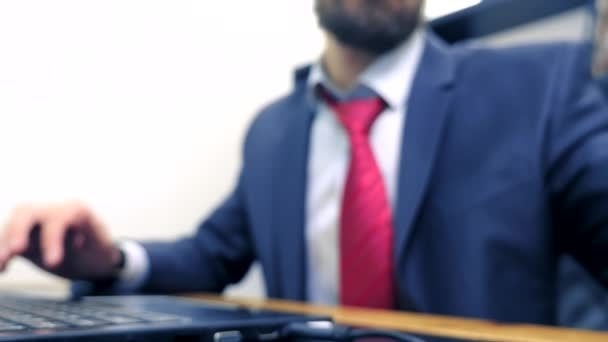 Közeli. Üzletember mobil okostelefon, dolgozik a laptop számítógép hivatalban.