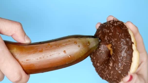 das Konzept einer gesunden Ernährung und Ernährung. Stand mit Bananen und Schokokrapfen. Fun-Fastfood-Projekt