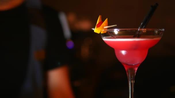 zu schließen. Martini-Glas in Schärfe auf dem Rücken verschwommen Hintergrund Barmann macht Cocktail