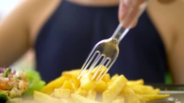 Close-up. Žena v rychlé potravinové restauraci gyros s zelím salátem a hranolky