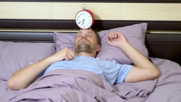 a srác kék pizsama vidám felébredni reggel, kikapcsolja a riasztást