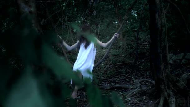a szellem egy kislány, a tündér hosszú barna hajú, sűrű tündér erdei hinták a Liana, mint egy hinta