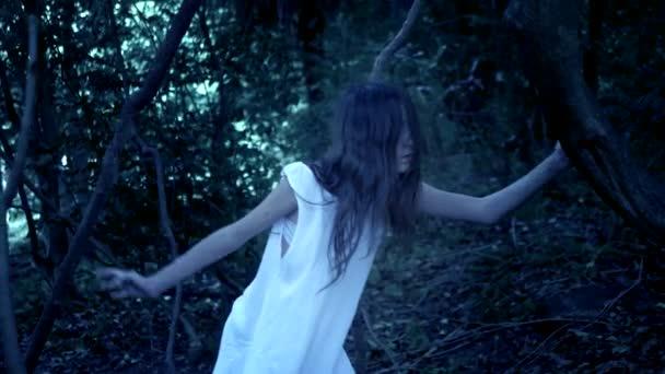 Halloween. duch dívky s dlouhými černými vlasy v hustém strašidelného lese. Útok