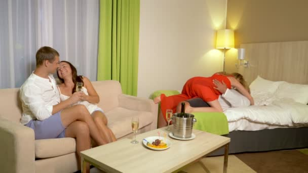 Konzept-Sex-Clubs, Swing-Clubs, Lifestyle-Clubs, formelle, informelle Gruppen. zwei Paare tauschen ihre Partner aus, entspannen sich in einem gemütlichen Wohnzimmer und trinken Champagner