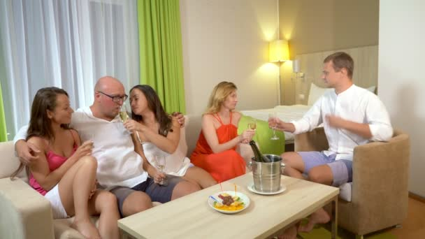 Konzept-Sex-Clubs, Swing-Clubs, Lifestyle-Clubs, formelle, informelle Gruppen. eine Gruppe von Menschen trinkt Champagner und kuschelt in einem gemütlichen Wohnzimmer.