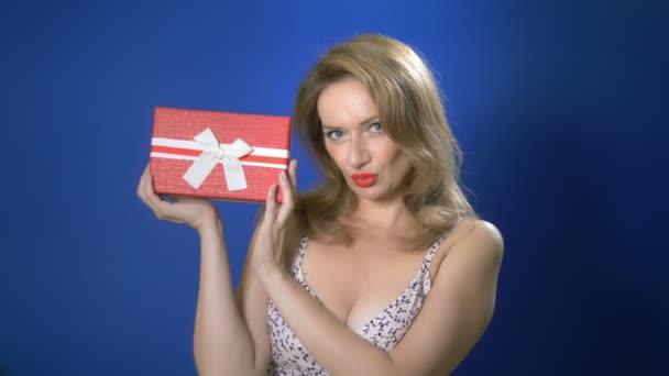 pin-up lány retro make-up tart díszdobozban. kék háttér, másolási tér.