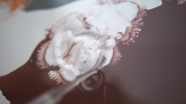 egy csepp alkohol csepp egy pipetta-ra egy vászon akril festékkel. az alkohol és a víz alapú akril-anyagok kölcsönhatása. Folyékony márvány textúra luxus. Folyadék-művészet.