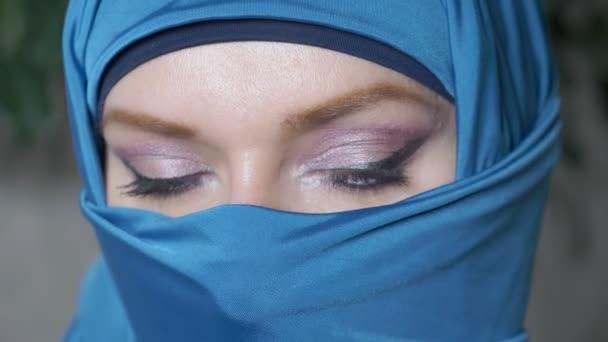 Nahaufnahme. schöne blaue Augen arabischer junger Frauen im traditionellen islamischen Tuch Niqab