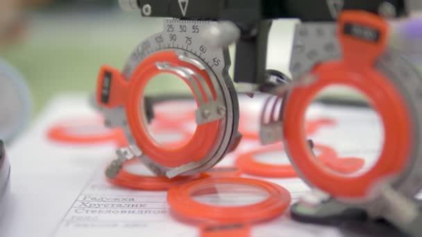 A szemészet fogalma. Egy sor olyan teszt lencsével, amely a látásélesség egy speciális keretben történő ellenőrzésére alkalmas.