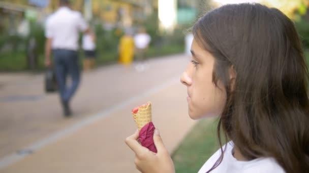 dívky, které jedí zmrzlinu venku. Pojetí dětství, životního stylu, jídla, léta.