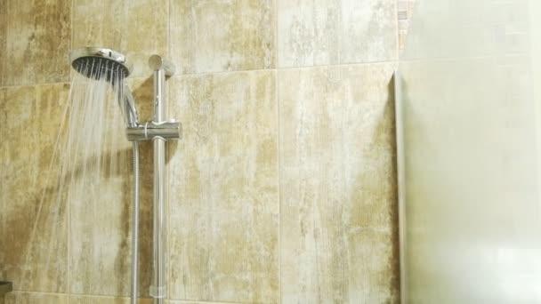 Zuhanyfejjel a patakok a víz egy üres, modern zuhany. másolási tér