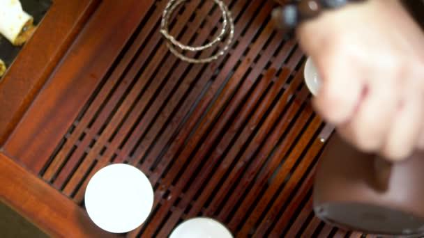 Hagyományos kínai tea szertartás. Közeli. női kezek öntsünk forró vizet egy kanna