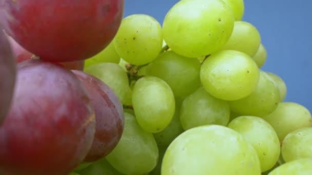 Szuperközeli. Részletek a zöld és vörös szőlő egy kosárban