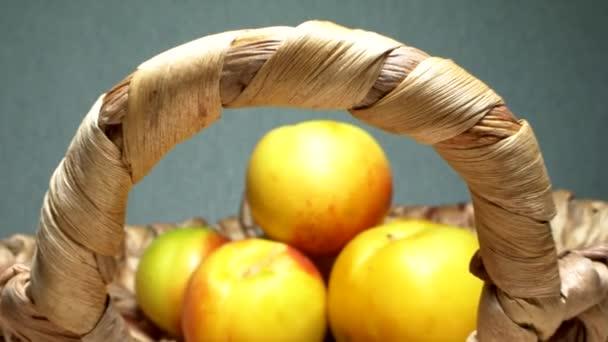 Szuper közeli, részletek. alma és körte fonott kosárban