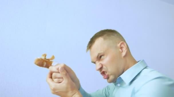 Porträt. Ein Typ mit bandagiertem Zeigefinger gestikuliert. schießt einen Finger