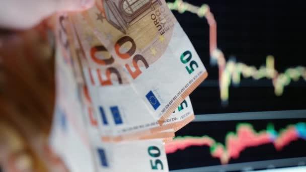 Zusammenbruch des Weltmarktes während des Coronavirus-Ausbruchs, fallender Fondsindex, instabile Handelsdiagramme. Börsencrash, Aktien verlieren an Wert, globale Krise nach COVID-19