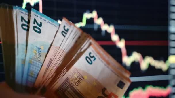 Euro-Banknoten im Hintergrund, Händler mit 20- und 50-Euro-Währung. Analyse und Datenstatistik, Börsencrash. Verlust von Vermögenswerten und Aktien, Konzept der Inflation und Finanzkrise in