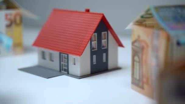 Vydělávat a šetřit peníze na nákup a výstavbu obytného domu, investice do nemovitostí a pojištění. Koupě nové nemovitosti, hypoteční koncept