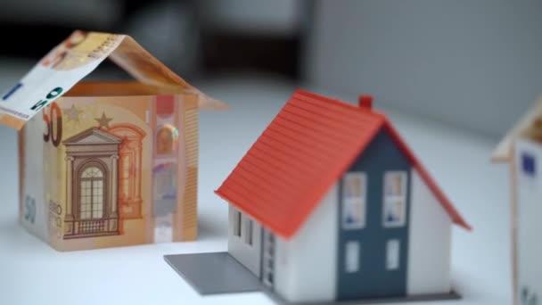 Hypotéka na bydlení, půjčka na nemovitosti. Finanční investice do nákupu nemovitostí, bytových a stavebních plánů a projektů připravených pro bohaté zákazníky. Miniaturní modely domu z