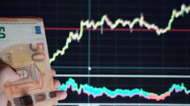 Weltbörsencrash während des Coronavirus-Ausbruchs, weltweite Kursverluste aufgrund einer Pandemie. Handzählen und Umwerfen von Euro-Banknoten auf beweglichem Diagramm-Hintergrund. Konzept der globalen