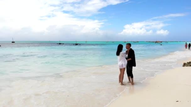 Romantický pár tančí ve vodě, milenci si užívají letní dovolenou a relaxaci na pláži. Šťastný pár pohybující se jejich těla, energický pár na pláži