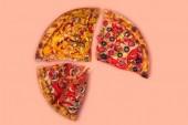 čtyři různé kousky pizzy na pozadí růží
