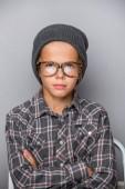 Divatos kisfiú napszemüveg. Stílusos gyerek öltöny. Gyermek divat.