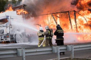 Arabada yangın var. Araba yanıyor.