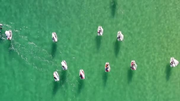 Skupina malých plachetnic cvičí v klidných vodách Středozemního moře.