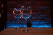 Prázdné sklenice na barevné pozadí