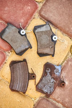 Comparing new and old brake pads from disc brakes