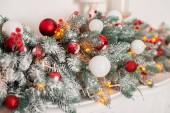 vista ravvicinata dei ramoscelli di abete bella con lucide rosse e bianche di Bagattelle, priorità bassa di feste di Natale