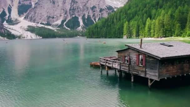 Lago Di Braies Itálie, Pragser Wildsee v Jižním Tyrolsku, Krásné jezero v italských Alpách, Lago di Braies. dovolená italských Alp