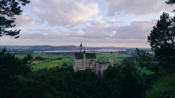 Schöne Aussicht auf das weltberühmte Schloss Neuschwanstein, das romanische Renaissance-Schloss aus dem 19. Jahrhundert, das König Ludwig II. auf einer schroffen Felswand in der Nähe von Füssen erbauen ließ. Europa