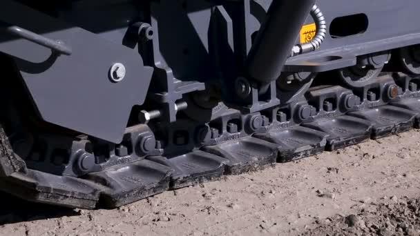 Práce asfaltové vozovky. Pokládání živičných vrstev. Silniční stavební stroj