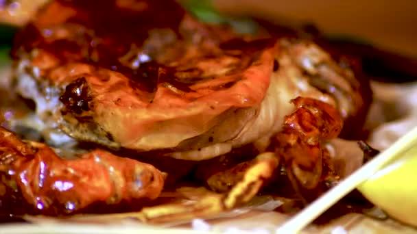 Miska z pražených moře Krabí třpytí ve světle. Rybí pokrm. Detail